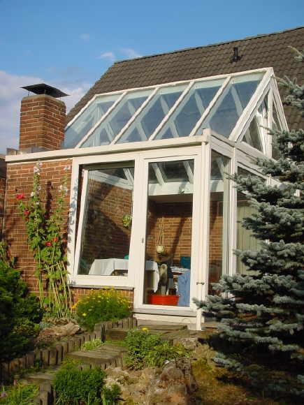 wintergarten in kunststoff 2 seitige verglasung 1 seite mit hebeschiebetur als durchgang in den garten